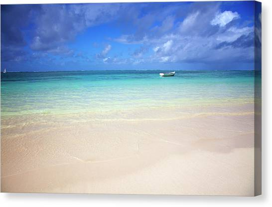 Photo At The Beach With A Bright Blue Canvas Print by Robertmandel