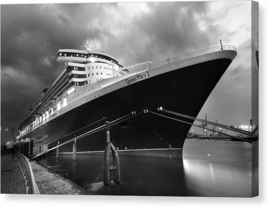 Queen Mary 2 In Hamburg Canvas Print by Marc Huebner