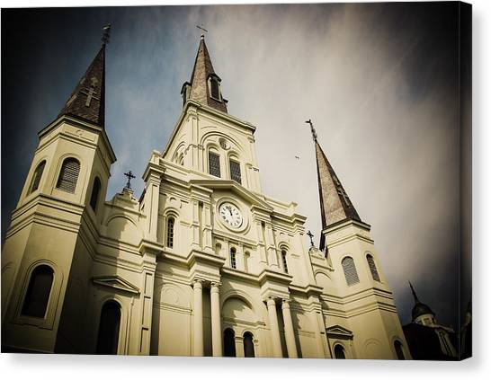 St Louis' Cathedral In New Orleans Canvas Print by Ray Devlin