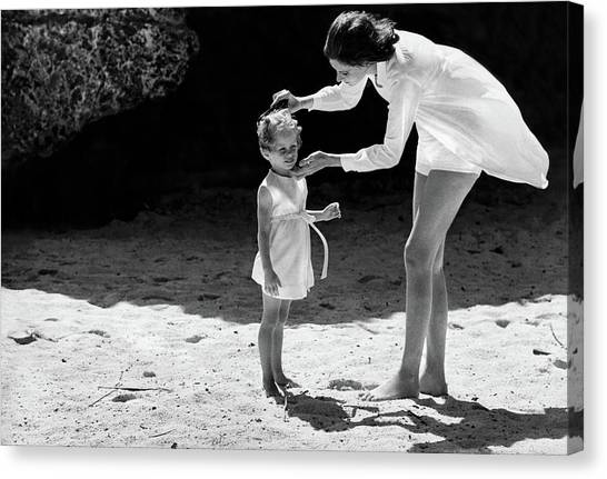 Suzy Parker With Her Daughter At Sam Lord's Canvas Print