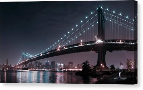The 2 Lovers Under Manhattan Bridge Canvas Print by Fabien Bravin