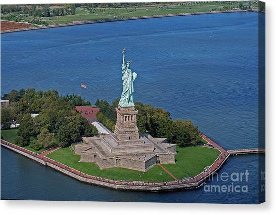 Usa Statue Of Liberty Canvas Print by Lars Ruecker