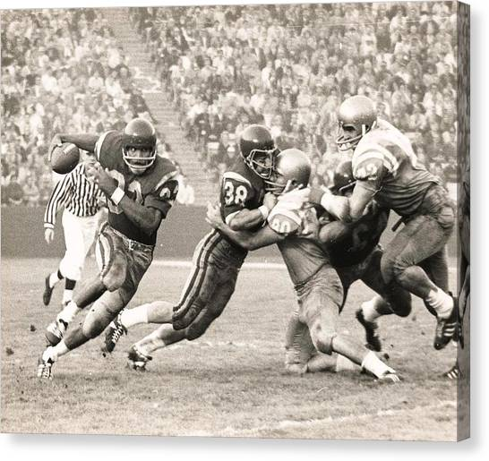 Oj Simpson Carrying The Ball Against Ucla Canvas Print