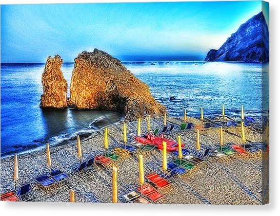 5 Terre Monterosso Beach Umbrellas In Passeggiate A Levante Canvas Print by Enrico Pelos