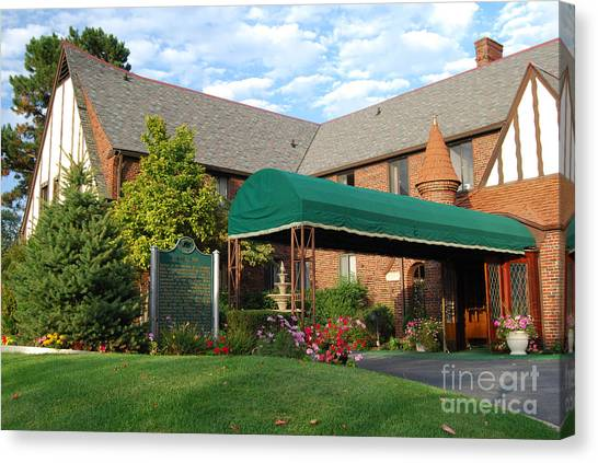 St Clair Inn Entrance Canvas Print