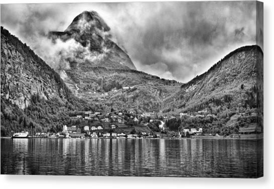 Vinashornet Mountain Canvas Print