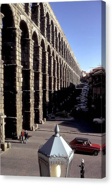 Roman Aquaduct In Segovia Canvas Print by Carl Purcell
