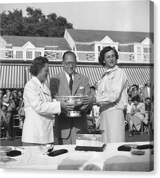 Presentations Canvas Print - Babe Didrikson And Patty Berg by Underwood Archives