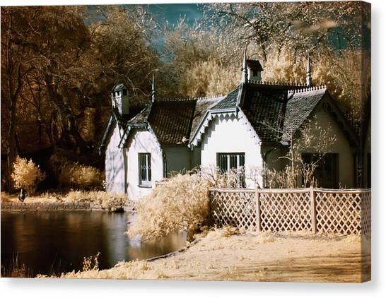 Canvas Print featuring the photograph Duck Island Cottage by Helga Novelli