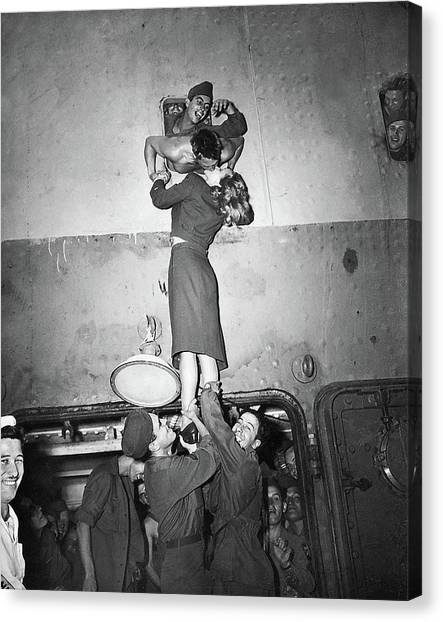 Marlene Dietrich Kissing Soldier Returning From Ww2 1945 Canvas Print