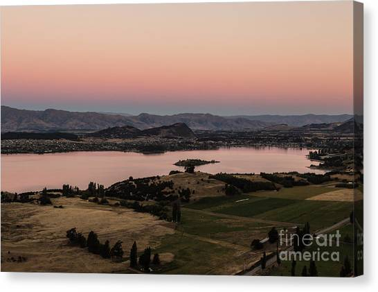 Sunset Over Lake Wanaka In New Zealand Canvas Print