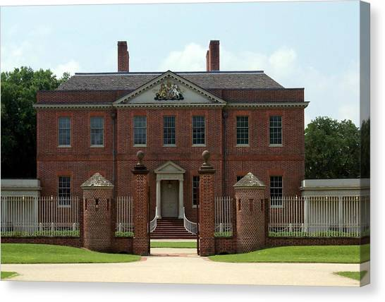 Tryon Palace Front With Gaurd Posts Canvas Print by Rodger Whitney