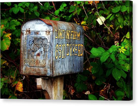 Vintage Postbox Canvas Print by Ming Yeung