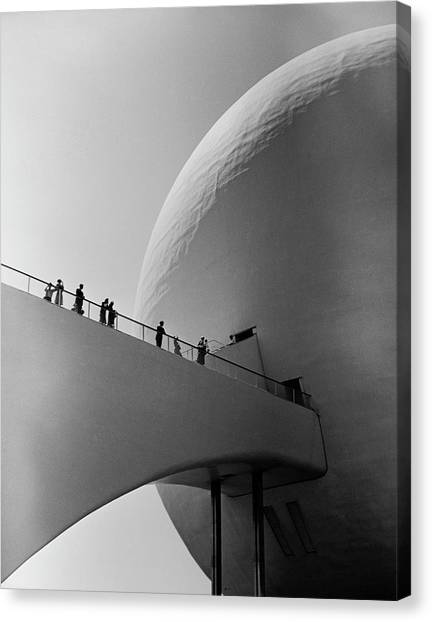 1939 Worlds Fair Visitors Entering The Canvas Print by Alfred Eisenstaedt