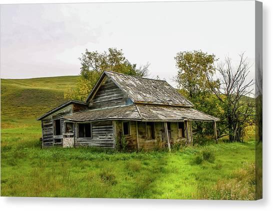 Abondened Old Farm Houese And Estates Dot The Prairie Landscape, Canvas Print
