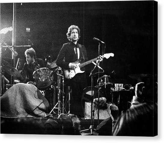 Dylan & Helm At Madison Square Garden Canvas Print by Fred W. McDarrah