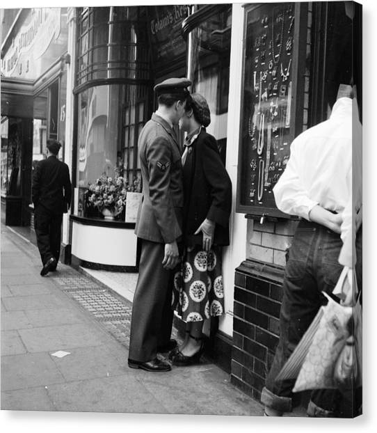 London Couple Canvas Print by Bert Hardy