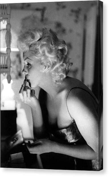 Marilyn Getting Ready To Go Out Canvas Print by Michael Ochs Archives
