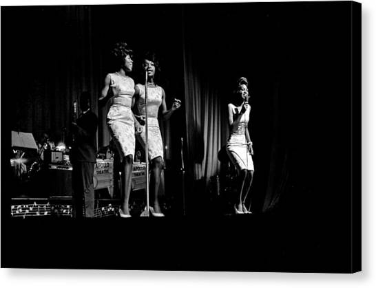 Martha And The Vandellas At The Apollo Canvas Print by Michael Ochs Archives