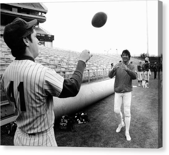 Mets Tom Seaver Warms Up Jets Joe Canvas Print by New York Daily News Archive