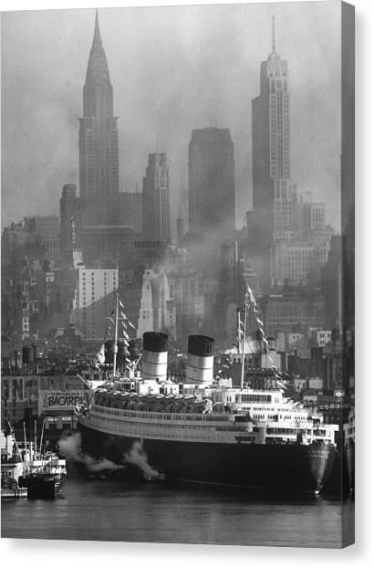 Ocean Liner Queen Elizabeth Sailing In Canvas Print