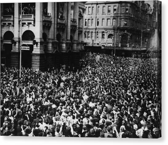 Oz Beatles Crowd Canvas Print by Central Press