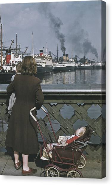 Shipping In Belfast Canvas Print by Bert Hardy