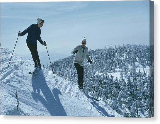 Skiers At Sugarbush Canvas Print by Slim Aarons