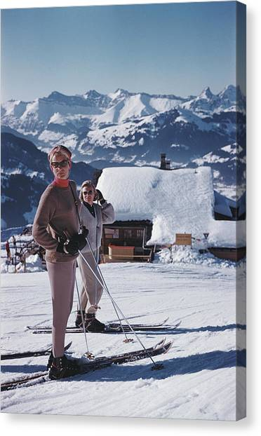 Skiers In Gstaad Canvas Print by Slim Aarons
