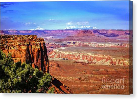 Toward The West In Canyonlands Canvas Print by Bob Lentz