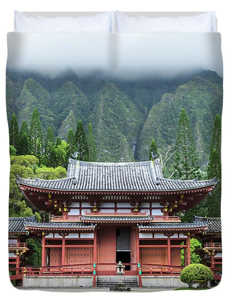 Duvet Cover featuring the photograph Byodo-in Temple 1 by Leigh Anne Meeks