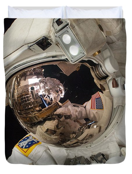 Iss Expedition 38 Spacewalk Duvet Cover by Science Source