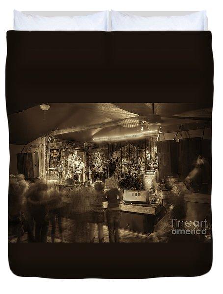 Keri Leigh Singing At Schmitt's Saloon Duvet Cover by Dan Friend
