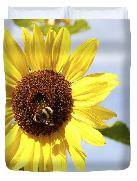 Bee On Flower Duvet Cover by Les Cunliffe
