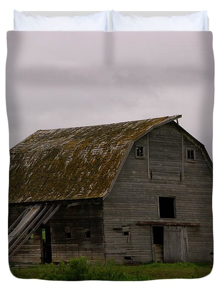 A Barn In Northern Montana Duvet Cover by Jeff Swan