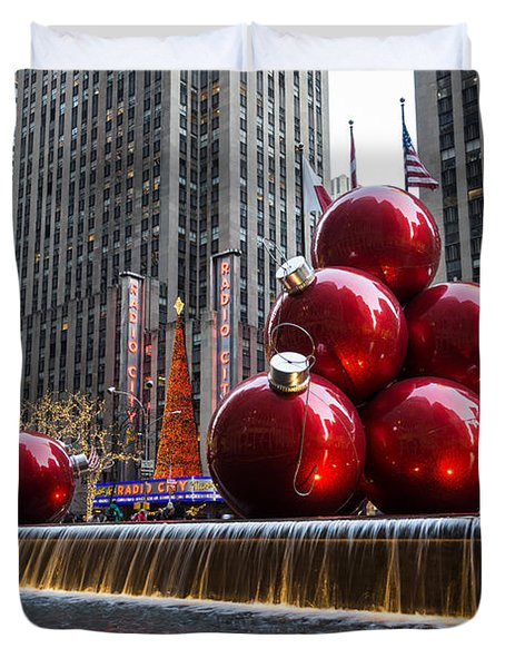A Christmas Card From New York City - Radio City Music Hall And The Giant Red Balls Duvet Cover