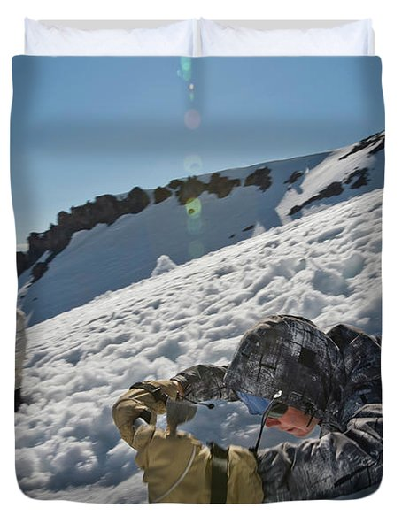 A Guide Gives Lessons In Using An Ice Duvet Cover