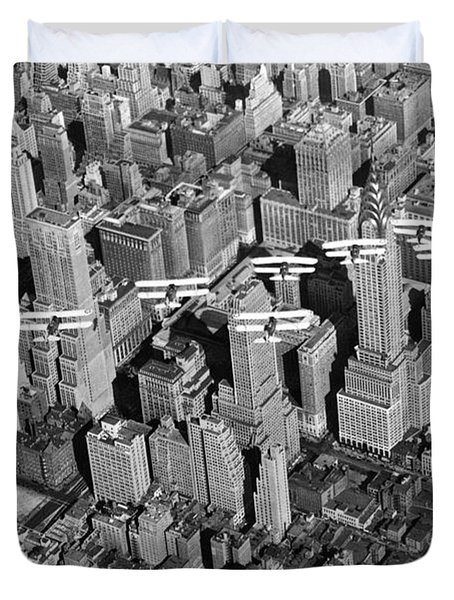 Army Air Corp Over Manhattan Duvet Cover by Underwood Archives