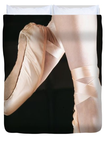 Ballet Dancer En Pointe Duvet Cover by Don Hammond