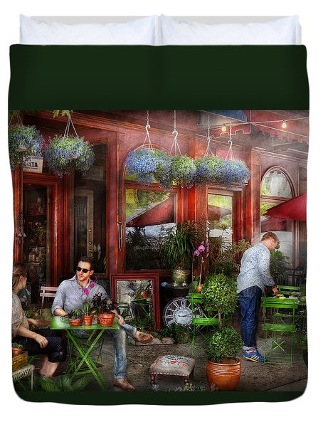 Cafe - Hoboken Nj - A Day Out  Duvet Cover by Mike Savad