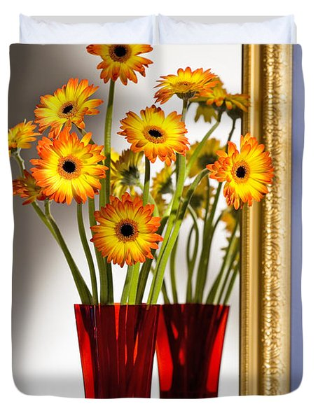 Daisies In Red Vase Duvet Cover by Tony Cordoza