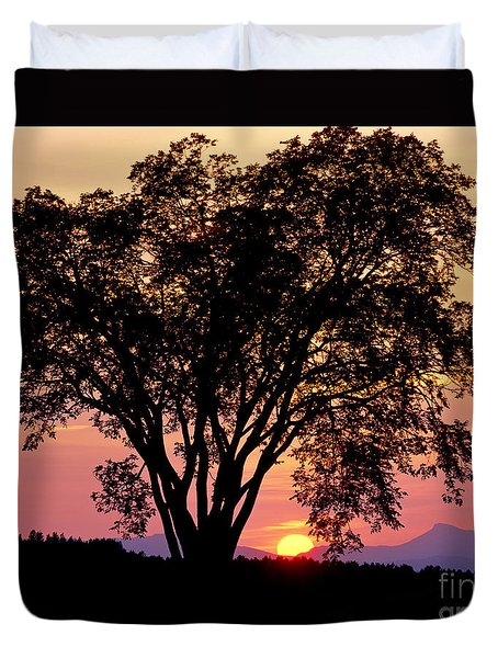 Duvet Cover featuring the photograph Elm At Sunset by Alan L Graham