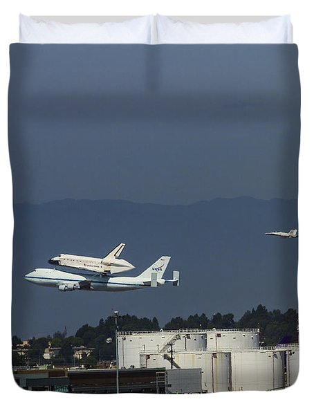 Endeavor Foies First Of Two Flyovers Over Lax Duvet Cover