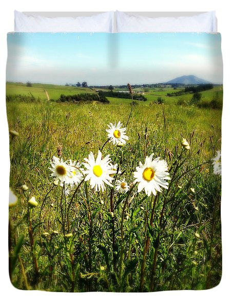 Field Of Flowers Duvet Cover by Les Cunliffe