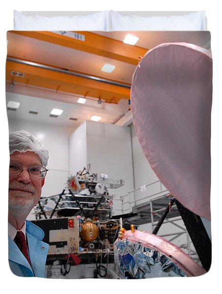 Duvet Cover featuring the photograph George F. Smoot With Planck Obs. Mirrors by Science Source