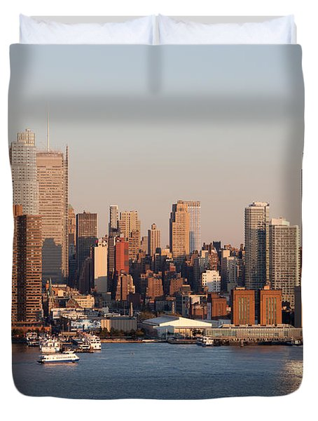 Hudson River And Manhattan Skyline I Duvet Cover by Clarence Holmes