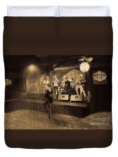 Keri Leigh Singing At Schmitt's Saloon Duvet Cover by Dan Friend