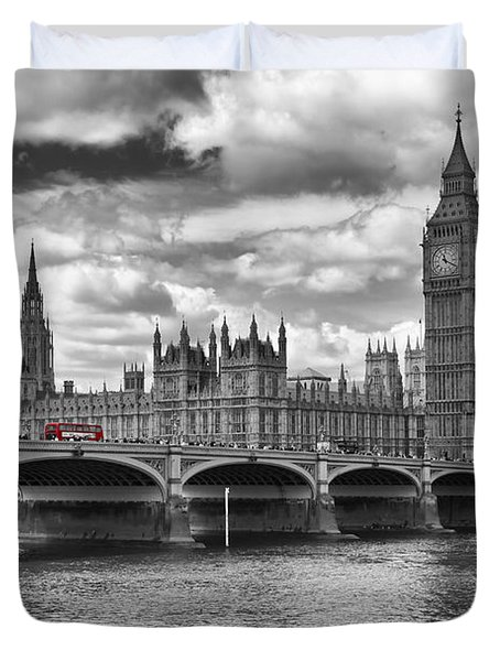 London - Houses Of Parliament And Red Buses Duvet Cover