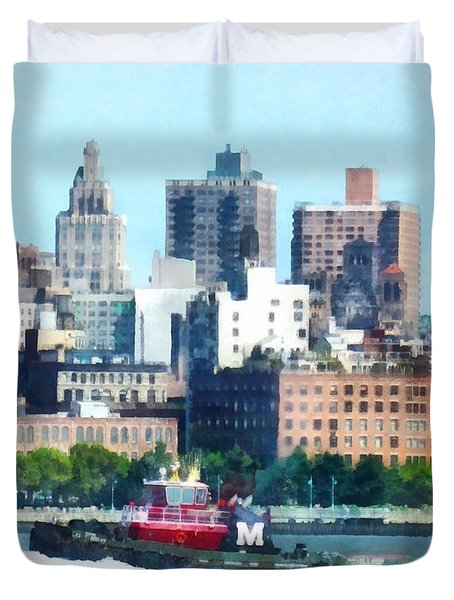 Manhattan - Tugboat Against Manhattan Skyline Duvet Cover by Susan Savad