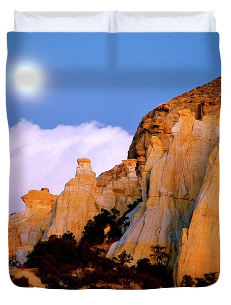 Moonrise Over The Kaiparowits Plateau Utah Duvet Cover by Ed  Riche